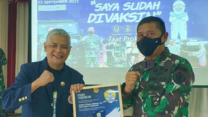 Dankodiklatad Terima Penghargaan dari Staf Khusus Kepresidenan dan Ikatan Alumni Unpad